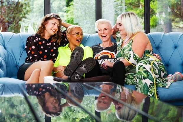 Команда «Л» спешит напомощь: как группа лесбиянок помогает улучшить интимную жизнь обычным парам