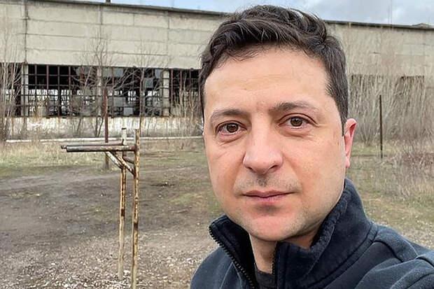 Зеленский сделал селфи на фоне ржавых брусьев в Донбассе