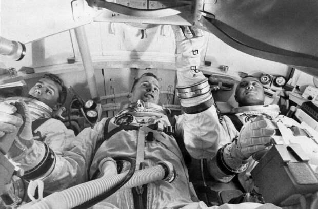 """Без туалетный лунолёт """"Apollo"""" и сломанный туалет на МКС, наводят на странную мысль"""
