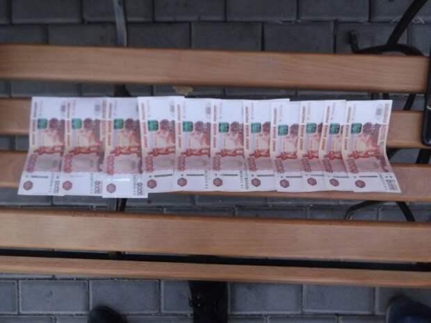 Севастополец частями передавал 80 тысяч рублей