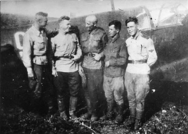 I.-Kozhedub-s-pervym-ordenom_-sleva-P.A.-Bryzgalov_-s-lyetchikami-eskadrili (700x500, 212Kb)