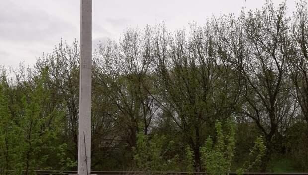 Рабочие демонтировали незаконную рекламу на столбе в деревне Макарово