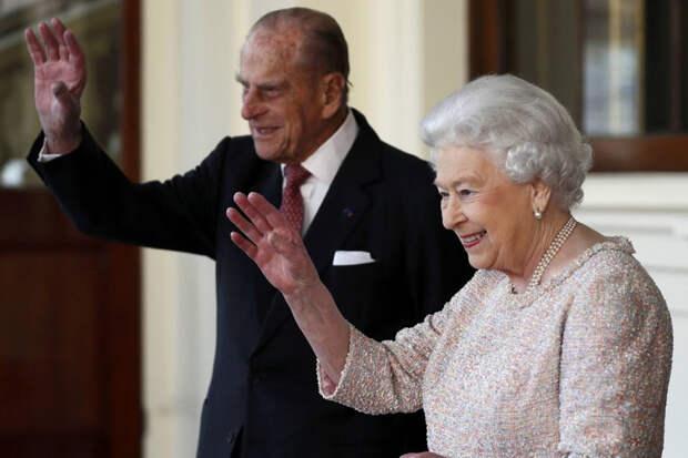 Елизавета II и её супруг привились от коронавируса