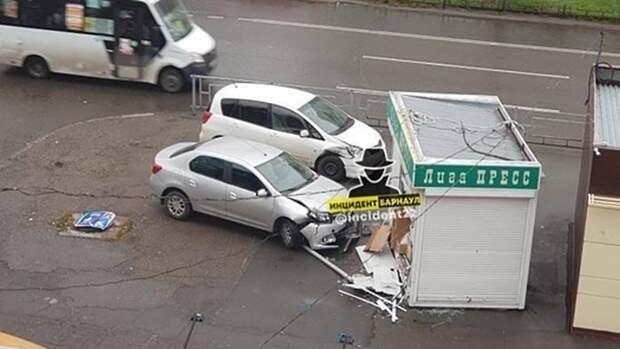 Две иномарки в Барнауле разнесли газетный киоск после аварии