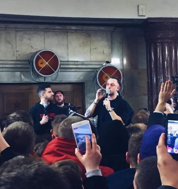Рэпер T-killah провел концерт на станции метро «Курская» в Москве