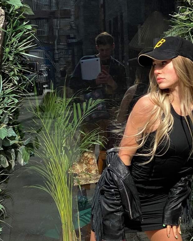 Как носить total black look по-весеннему ярко: учимся у Марьяны Ро