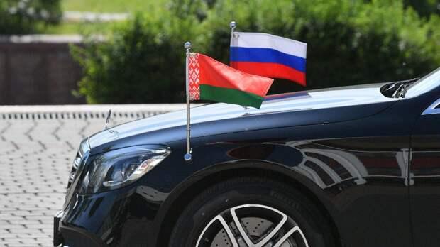 Флаги России и Белоруссии на капоте автомобиля - РИА Новости, 1920, 04.10.2020