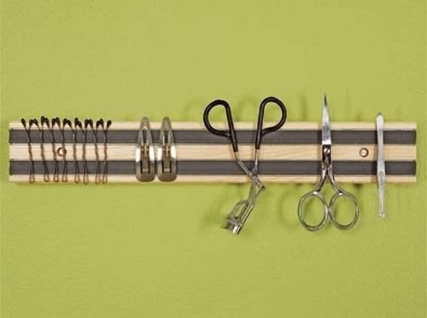 Хороший вариант создать магнитную полку на которой можно разместить множество интересных предметов.