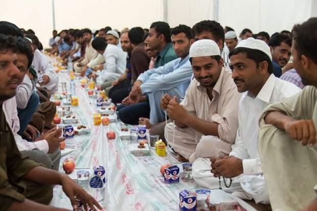Марокканцы призвали правительство не наказывать за публичный ужин