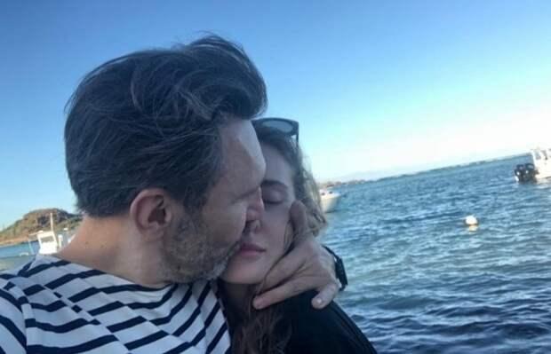Шнуров пожаловался на трудности в общении с молодой женой