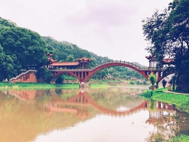 Живописный мост в Китае создает абсолютно симметричное отражение в воде