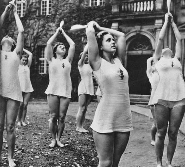 Девушки занимаются ритмической гимнастикой