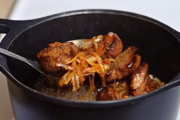 Как только морковь стала мягкой, шумовкой выложите овощную смесь в отдельную посуду. еда, плов, своими руками, сделай сам