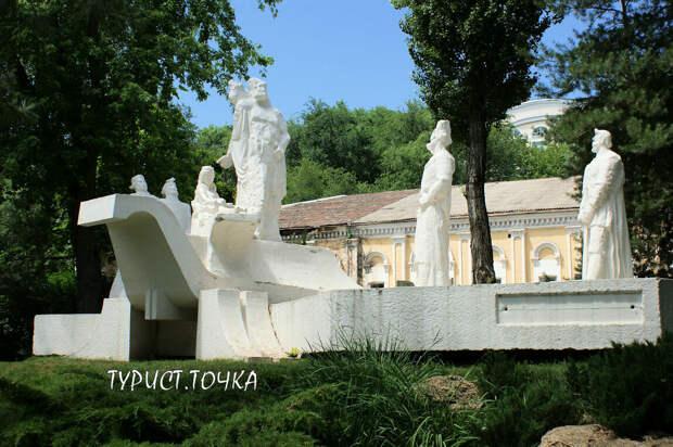 Памятник революционеру Разину, голый «Освобождённый труд» и провальный план Ленина