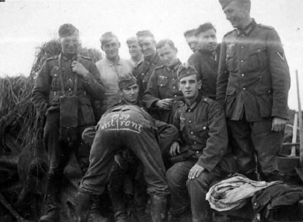 Немецкие солдаты дурачатся после боя.