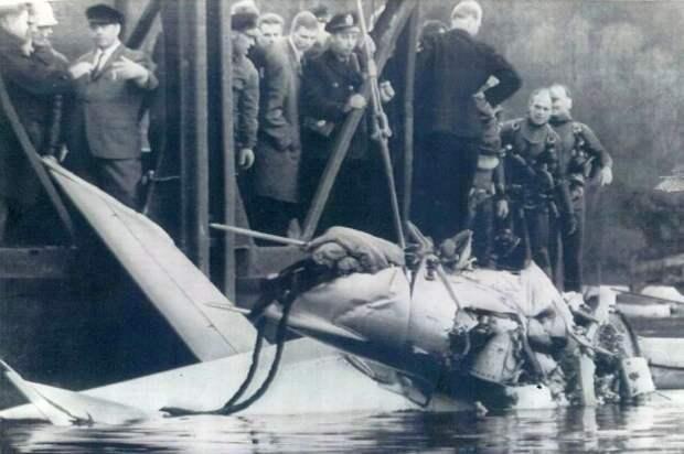 Натовцы поднимают истребитель из озера. / Родина