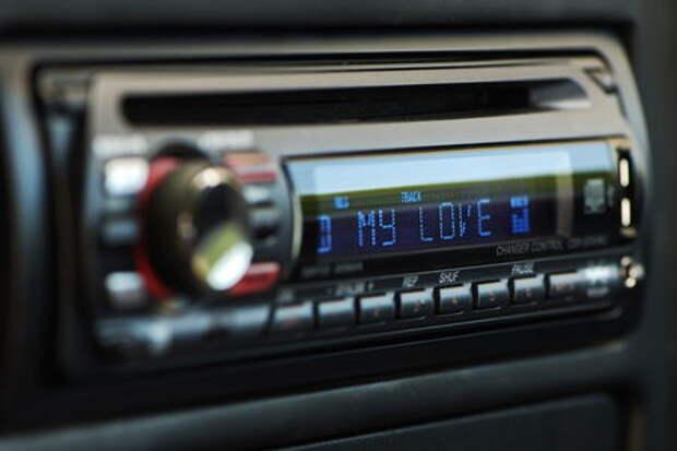 Названы песни, которые опасно слушать за рулем