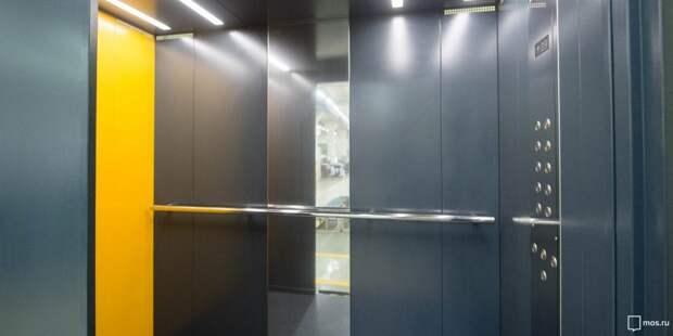 В подъезде дома на Дежнёва заменили неисправные кнопки в лифте