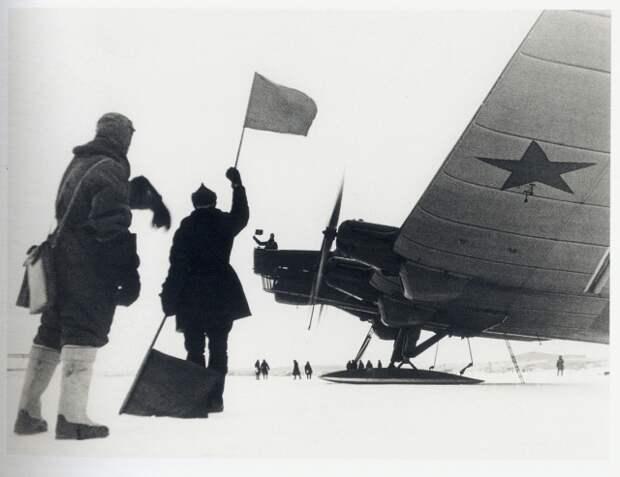 Cамолёт советской полярной авиации вылетает на спасение челюскинцев. 1934