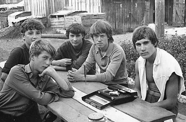 На фото группа парней из Углекаменска слушает музыку во дворе. Вот такие были развлечения! СССР, история, ностальгия, фотографии