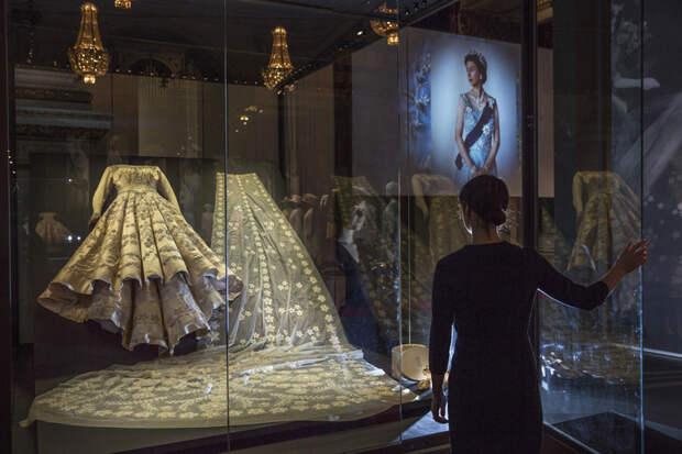 Сломанная тиара и жемчуг из США: неизвестные факты о свадебном наряде королевы Елизаветы II