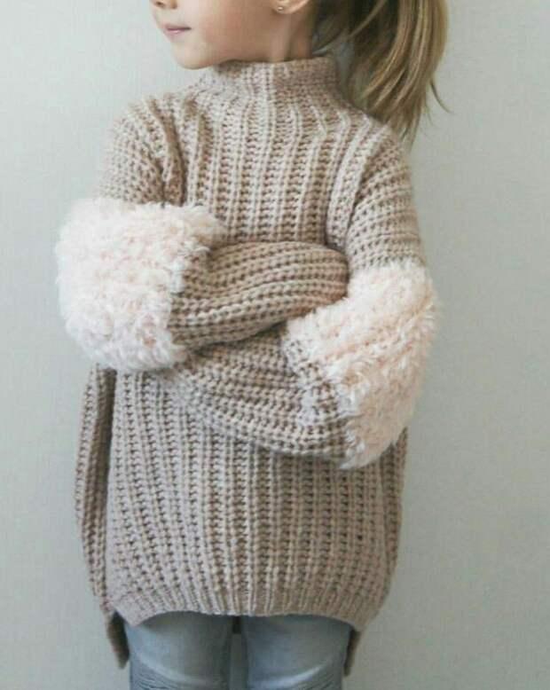 Пушистые вставки на рукавах свитера