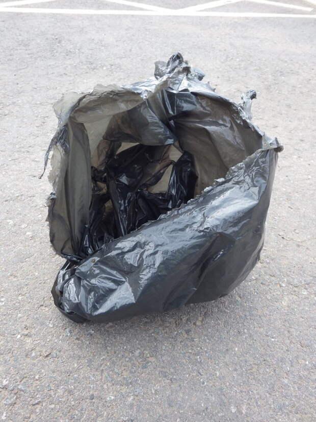 «Мимо магазина полз мусорный пакет…» Мужчина схватил находку и убежал, и теперь малыш под угрозой!
