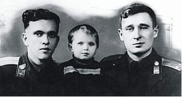 Юрий Янов (слева) с дочерью Ириной и Борис Капустин. / Родина