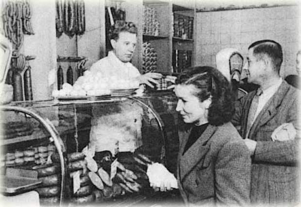 Очередь в советском магазине за колбасой