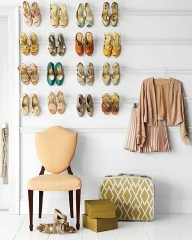 Хороший способ экономии пространства - размещение обуви на стенах, то что может понравится.