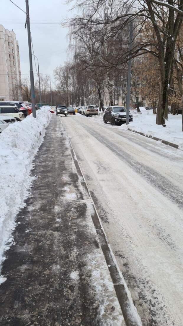 Тротуар на улице Софьи Ковалевской очистили от наледи