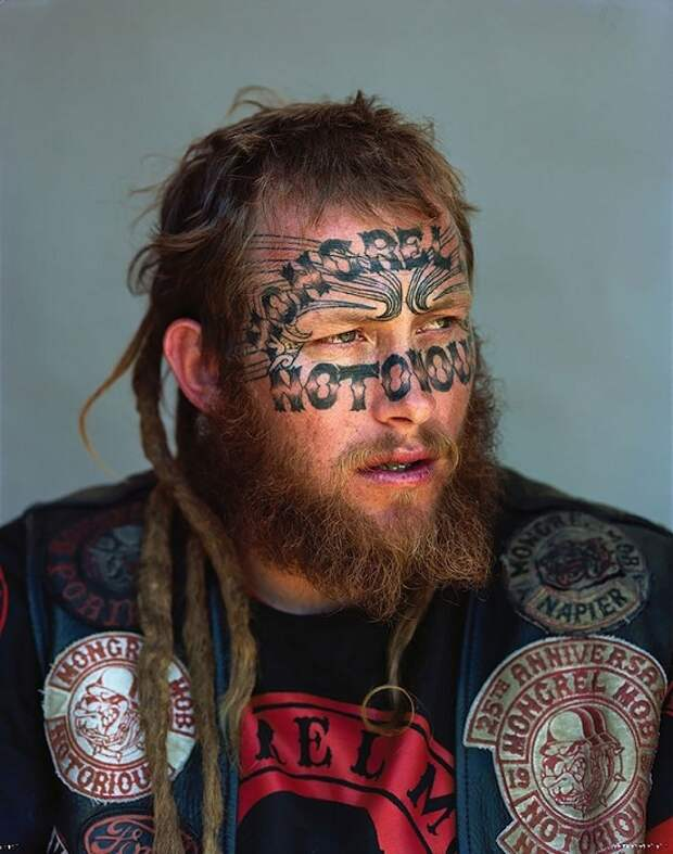 Татуированный участник банды Mongrel Mob.