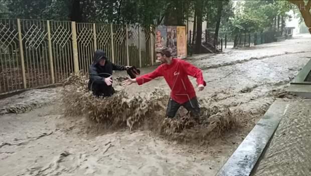 В Ялте огромные потоки воды сносят людей на улицах