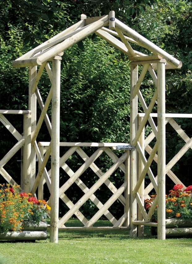 Деревянное перекрытие с калиткой из необработанной древесины - отличное решение для любителей экостиля.