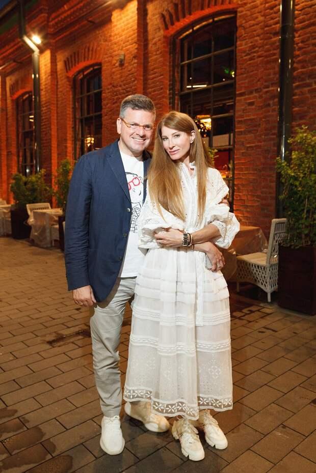 Беременная Лиза Арзамасова, Анастасия Макеева в платье в горошек с мужем и пасынком, загорелая Ани Лорак в белой двойке: как прошло вручение премии Family Awards 2021