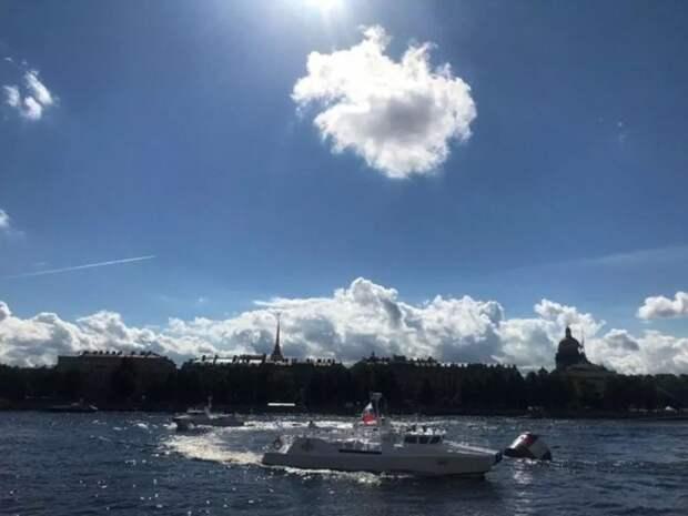 Толпы петербуржцев прорвались на набережные в день ВМФ вопреки ковидным ограничениям