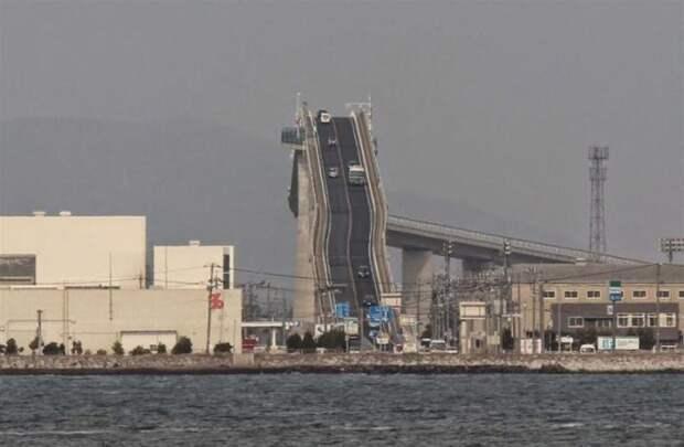 Это не американские горки, а сумасшедший мост в Японии