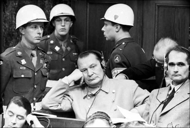 Герман Геринг и Рудольф Гесс на Нюрнбергском трибунале.