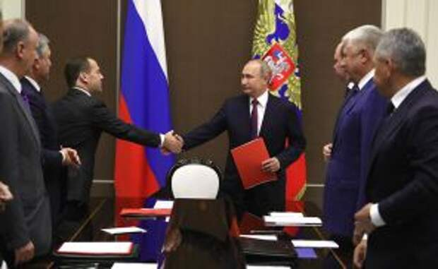 На фото: президент России Владимир Путин и премьер-министр Дмитрий Медведев накануне встречи с постоянными членами Совета безопасности Российской Федерации