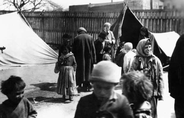 Цыганский табор в Польше. Фотография из альбома немецкого солдата. / Фото: https://blogs.iwm.org.uk