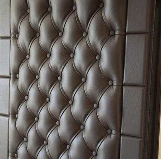 Качественно обшитая дверь удерживает тепло в помещении / Фото: izi.ua