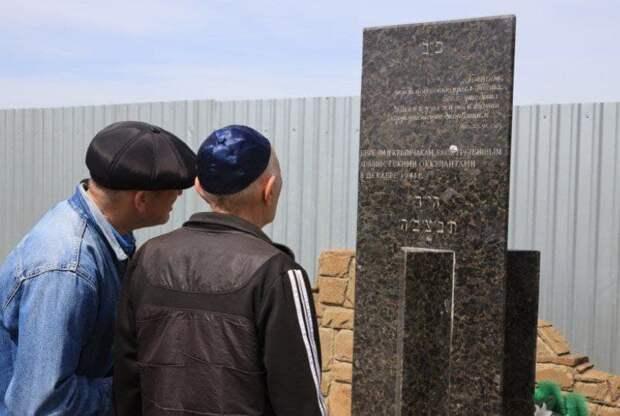 В Симферопольском районе у братской могилы прошёл субботник