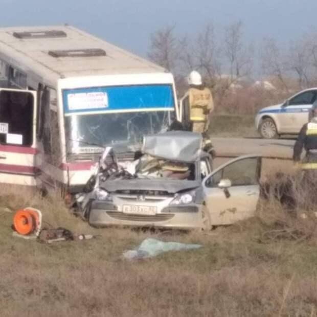 Рейсовый автобус и легковушка столкнулись под Саками