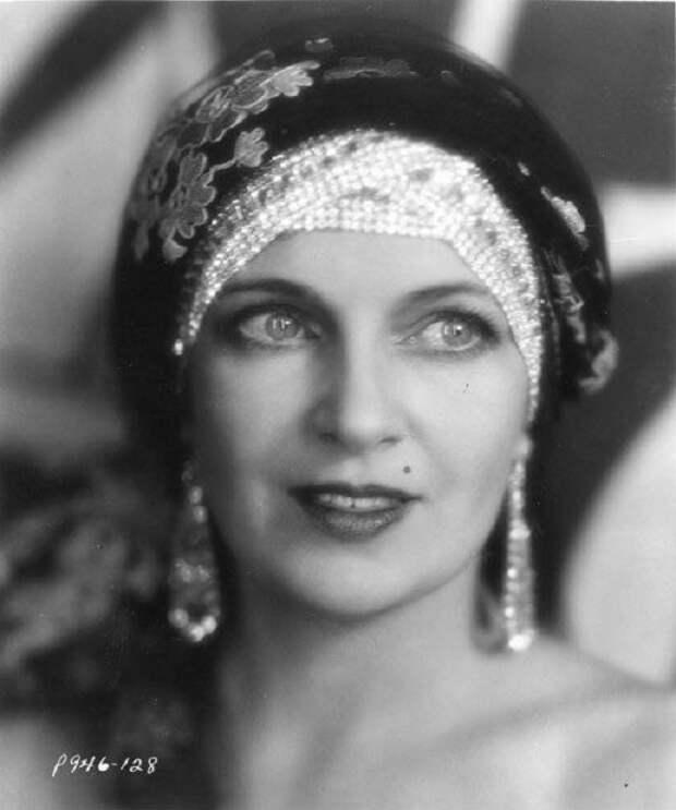 Ольга до 1926 года играла на сцене театра и в кино в России, затем эмигрировала и продолжила карьеру в США, где стала звездой Голливуда.