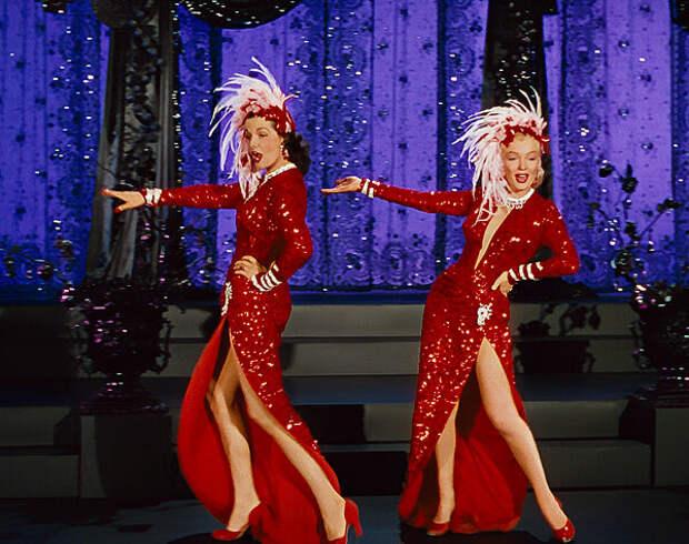 """кадр из фильма """"Джентльмены предпочитают блондинок"""". С первых кадров фильма образы героинь Мэрилин и Джейн захватывают глубиной декольте и длиной выреза юбки"""