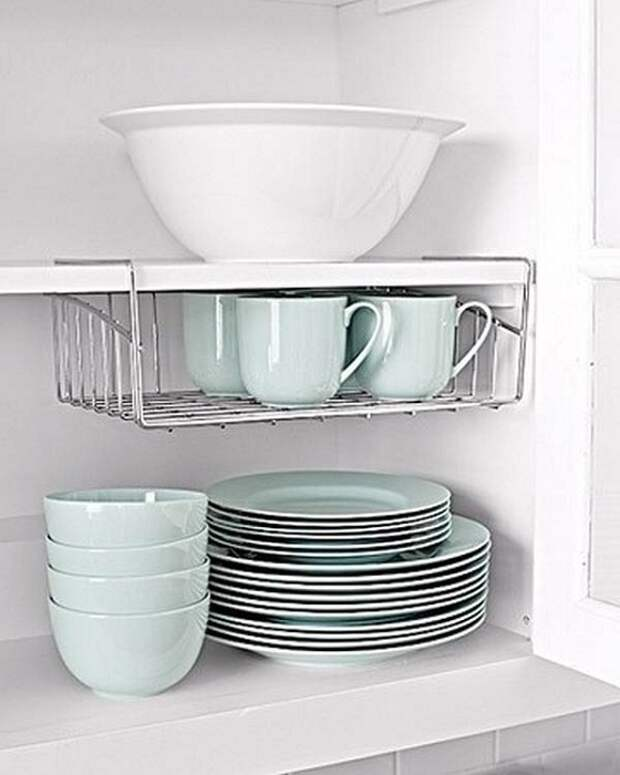Шкаф с посудой организован максимально комфортно и оригинально за счет применения универсальной полочки.