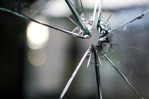 В Санкт-Петербурге струя кипятка из прорыва трубы на улице выбила окно и убила женщину
