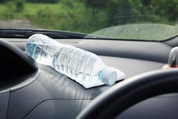 Пластиковую бутылку опасно оставлять на жаре в салоне автомобиля. По 2 причинам