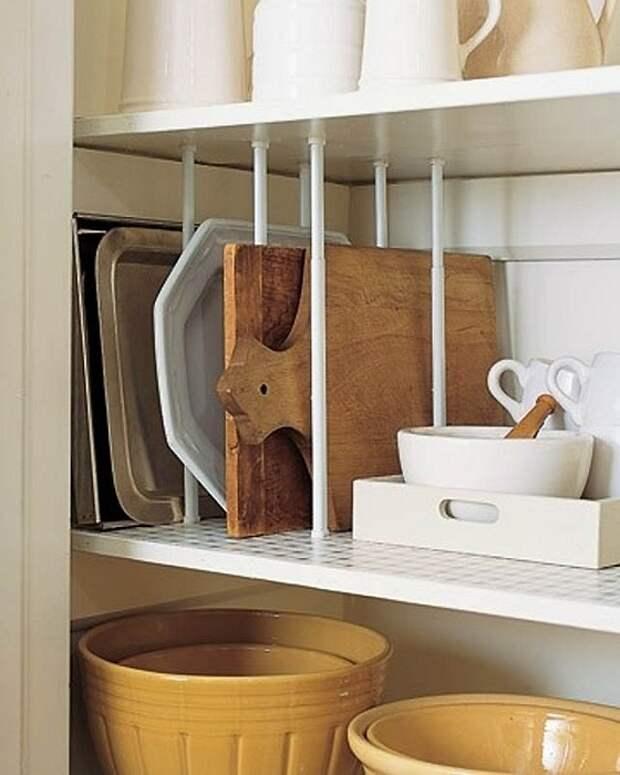 Удобный вариант для оформления вещей в шкафу при помощи карнизов.