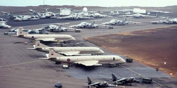 Самолёты-заправщики Виктор ожидают прибытия Вулканов наавиабазе наострове Вознесения